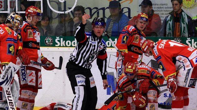 Zadák Slavie Jiří Vašíček (na ledě) se při utkání v Mladé Boleslavi zranil.