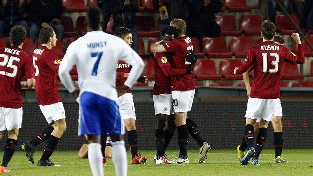 Střelci Bonymu Wilfriedovi přichází gratulovat k brance proti Lausanne několik jeho spolhráčů ze Sparty.