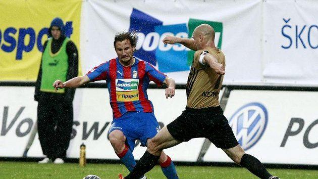 Plzeňský Petr Jiráček (vlevo) v souboji s Janem Nezmarem z Liberce.