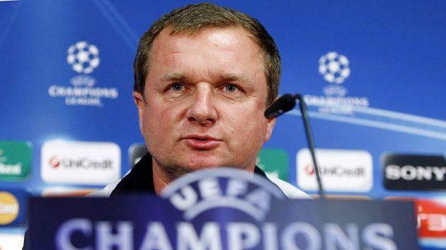 Plzeňský trenér Pavel Vrba odpovídá novinářům před zápasem Ligy mistrů proti Barceloně.