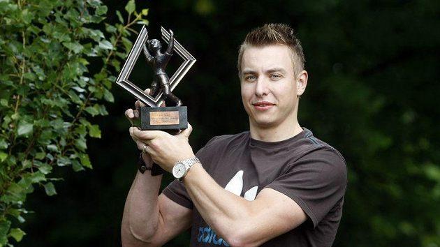 Filip Jícha s trofejí pro nejlepšího házenkáře světa 2010.