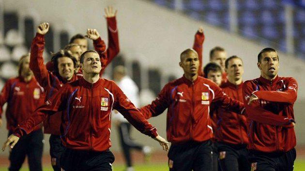 Protažení na tréninku - vpředu Daniel Pudil (vlevo) a Milan Baroš (vpravo).