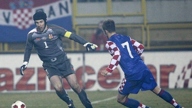 Situace předcházející čtvrtému gólu Chorvatska. Brankář Petr Čech (vlevo) se snaží obejít s míčem Ivana Rakitiče.