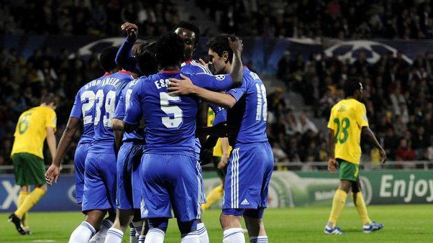 Fotbalisté Chelsea oslavují jednu z branek na hřišti Žiliny