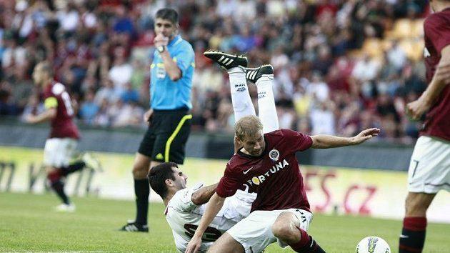 Sparťan Vlastimil Vidlička Kamil Vacek (vpravo) při souboji s Asmirem Suljičem z FK Sarajevo.