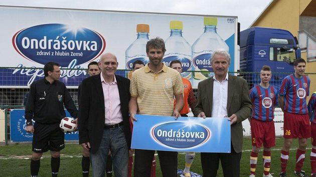 Milan Musil, Tomáš Cigánek a Ivo Lubas při předávání šeku na odběr vody