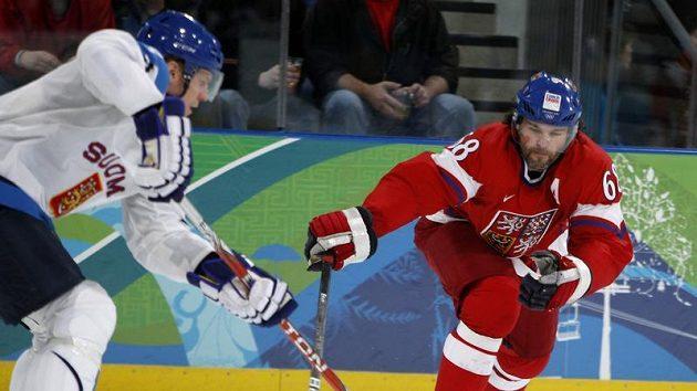 Jaromír Jágr se snaží clonit přihrávku Mikka Koiva z Finska ve čtvrtfinále olympijského turnaje.