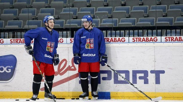Petr Vrána (vlevo) a Jakub Petružálek na tréninku hokejové reprezentace