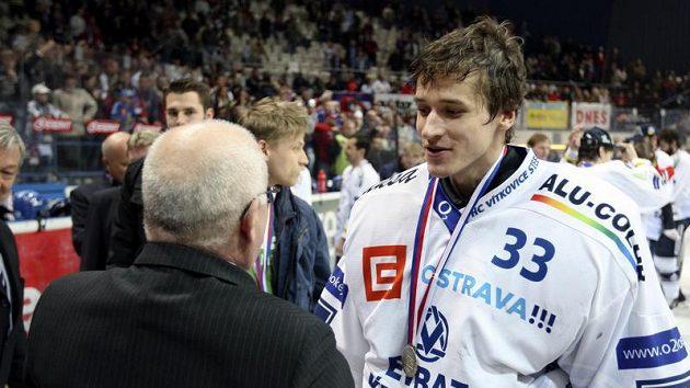 Brankář Vítkovic Jakub Štěpánek přebírá stříbrnou medaili pro poraženého finalistu extraligy.