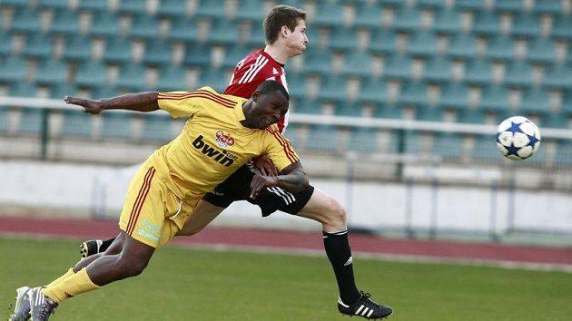 Dani Chigou z Dukly (ve žlutém) v souboji s žižkovským Janem Zawadou.