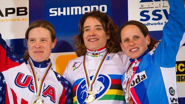 Česká cyklokrosařka Kateřina Nash (vpravo) vybojovala bronzovou medaili na MS v Německu.