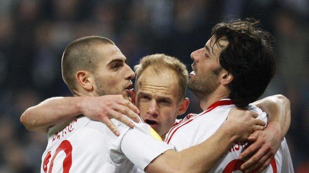 David Jarolím (uprostřed) se raduje se svými spoluhráči z Hamburku Ruudem van Nistelrooijem (vpravo) a Mladenem Petričem z branky.
