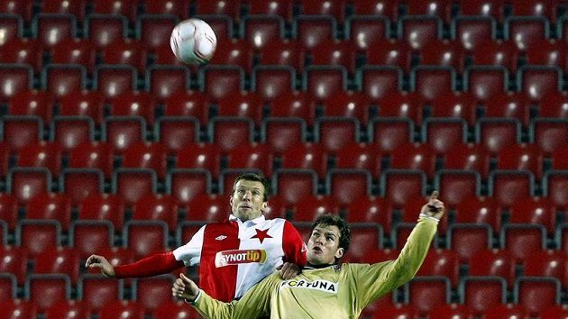 Další ze vzdušných soubojů o míč v utkání Slavie s Brnem. tentokrát jej podstoupl slávista Vomáčka a brněnský Valenta.
