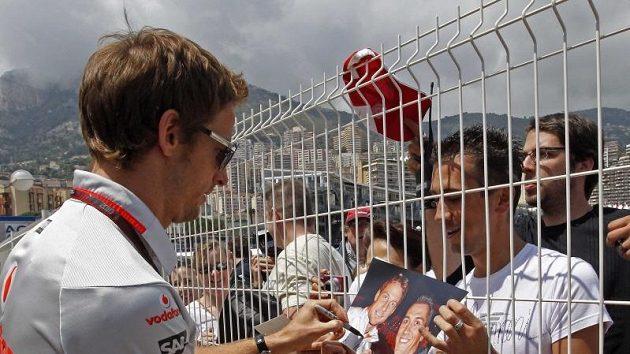 Mistr světa Jenson Button je středem zájmu fanoušků.