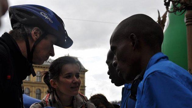 Bratři Francis a James Karanjovi po doběhnutí letošního Pražského půlmaratónu.