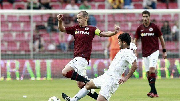 Ajdin Maksumič z FK Sarajevo (v bílém) se snaží zastavit Marka Matějovského ze Sparty.