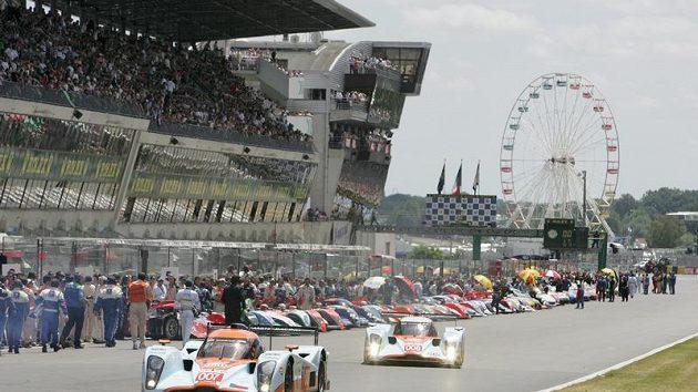 Prototyp Aston Martin posádky Charouz, Enge, Mücke (vpředu) těsně před závodem 24 hodin Le Mans