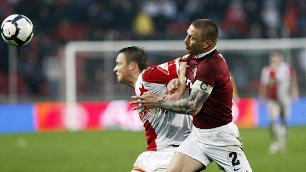 Stanislav Tecl ze Slavie (vlevo) brání míč před sparťanským stoperem Tomášem Řepkou.