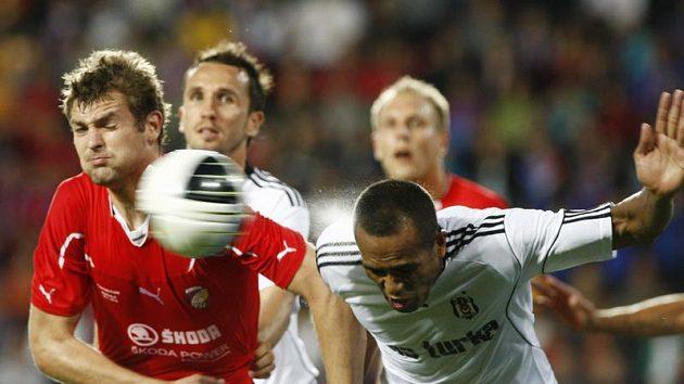 Jakub Navrátil z Plzně (vlevo) v utkání předkola Evropské ligy proti Besiktasi Istanbul.