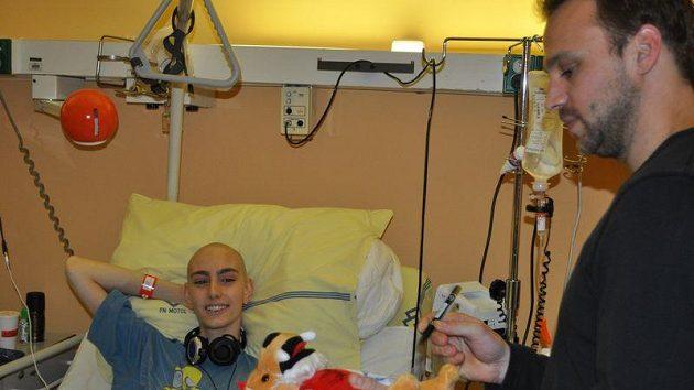 Hokejisté Slavie Petr Kadlec, Lukáš Krenželok a Tomáš Hertl navštívili děti v nemocnici Motol.