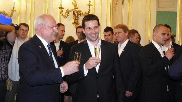Slovenský prezident Ivan Gašparovič s brankářem Jánem Lacem.