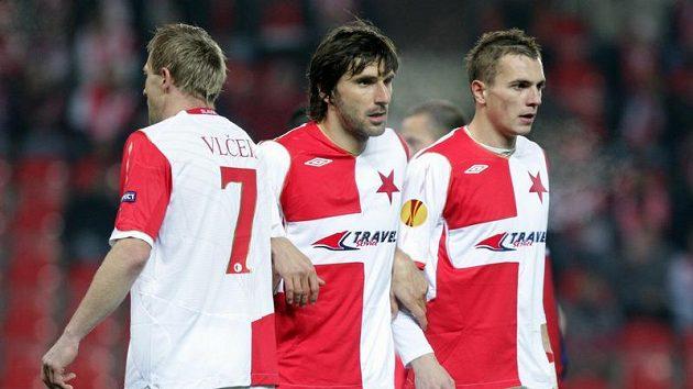 Fotbalisté Slavie Stanislav Vlček (vlevo), Matej Krajčík (uprostřed) a Peter Grajciar v utkání proti Janovu.