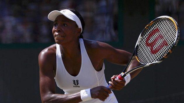 Americká tenistka Venus Williamsová během čtvrtfinálového zápasu Wimbledonu proti Agnieszce Radwaňské z Polska.