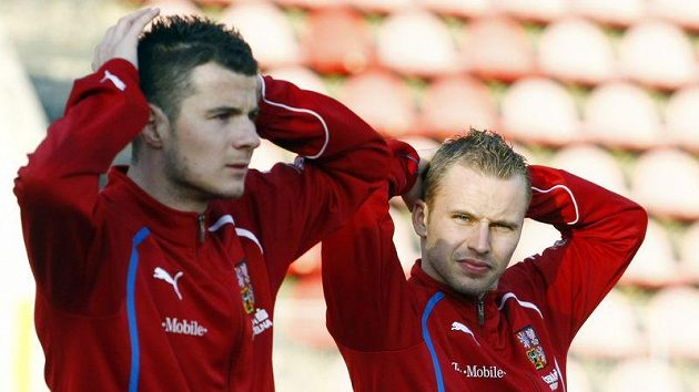 Daniel Pudil (vlevo) a Michal kadlec se rozvičují při tréninku české reprezentace.
