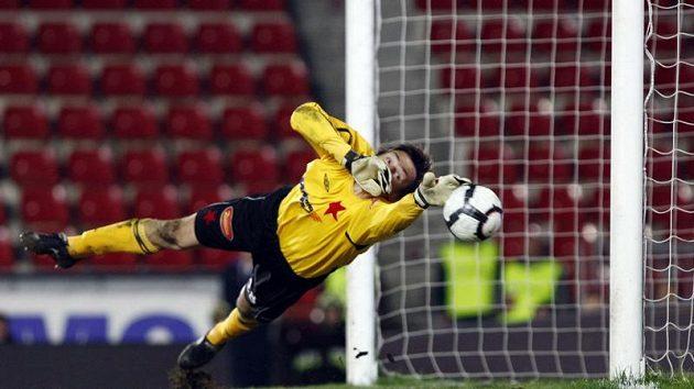 Brankář Slavie Martin Vaniak zasahuje v odvetě čtvtfinále Ondrášovka Cupu proti Spartě.