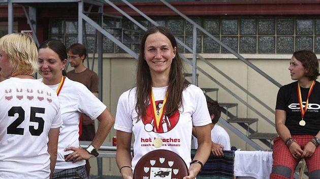 """Kristina Medková s trofejí mistra Evropy 2010: """"Když jsem viděla hrát soupeřky, napadlo mě, že jsou naše šance na dobré umístění velké."""""""