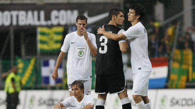 Zklamaní fotbalisté Mladé Boleslavi (v bílém) po zápase s Larnakou