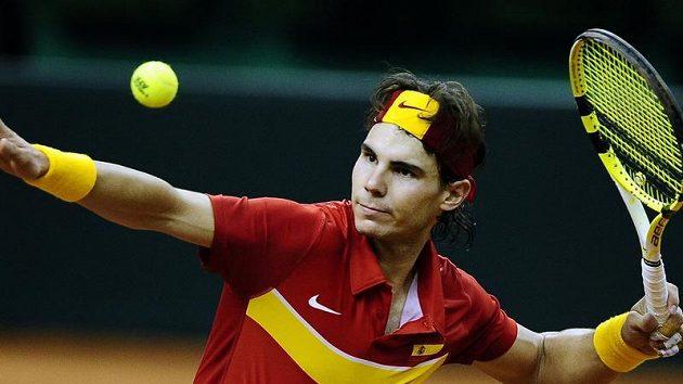 Španělský tenista Rafael Nadal odpaluje míček mezi diváky po vítězství ve finále Davis cupu nad Janem Hájkem.