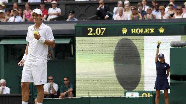 Tomáš Berdych v zápase s Federerem během Wimbledonu