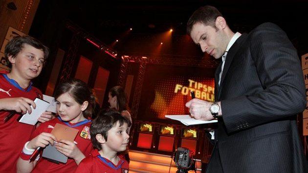 Petr Čech se podepisuje dětem