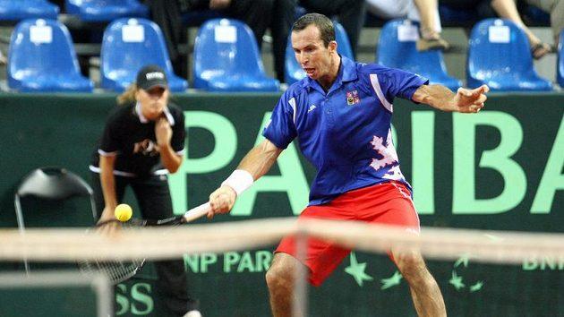 Radek Štěpánek v utkání proti Ivu Karlovičovi z Chorvatska v semifinále Davis Cupu