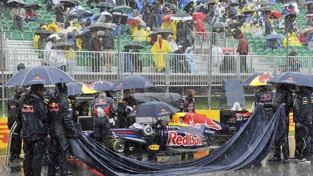 Sebastian Vettel čeká v dešti na restart Velké ceny Kanady.