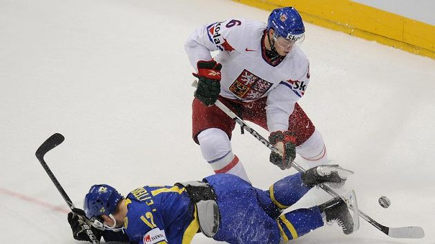 Tomáš Mojžíš objíždí Fredrika Petterssona ze Švédska v semifinále mistrovství světa.
