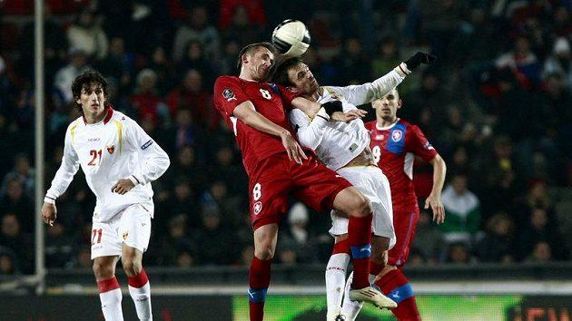 Tomáš Pekhart (vlevo) bojuje o míč s Nikolou Drinčičem z Černé Hory.