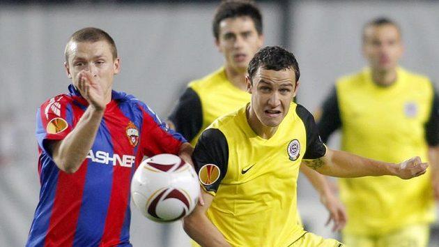Pavel Mamajev z CSKA Moskva (vlevo) bojuje o balón s Jiřím Kladrubským ze Sparty.