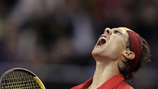 Rafael Nadal se raduje po jednom z míčků během utkání s Tomášem Berdychem ve finále Davis Cupu.