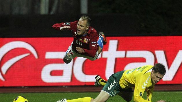 Daniel Kolář ve vzduchu po zákroku Litevce Zaliukase