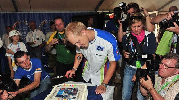 Pilot týmu Ford Mikko Hirvonen rozkrajuje dort, který dostal k 30. narozeninám.
