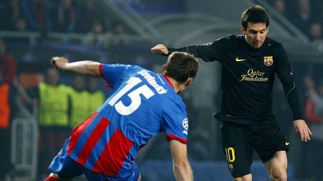 Plzeňský František Ševinský (vlevo) se snaží zastavit Lionela Messiho z Barcelony.