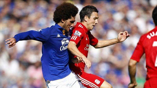 Marouane Fellaini z Evertonu (v modrém) v souboji se Stewartem Downingem z Liverpoolu.