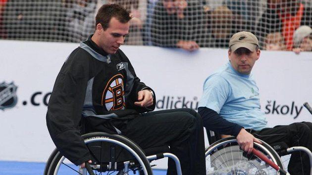 Hráči Bostonu a Phoenixu hráli street hokej na Staroměstském náměstí s Jedličkovým ústavem.