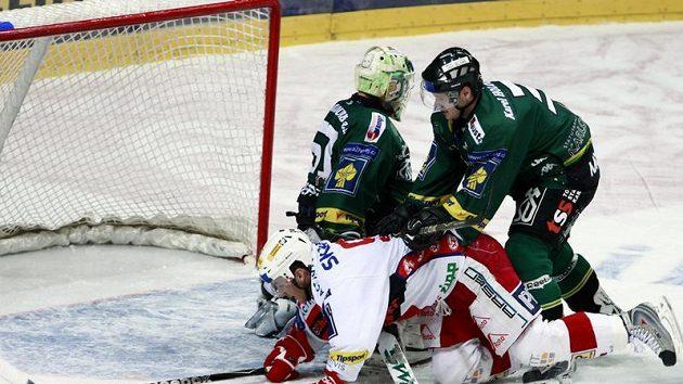 Slávista Kůrka skončil na ledě pod karlovarským obráncem Muchou.