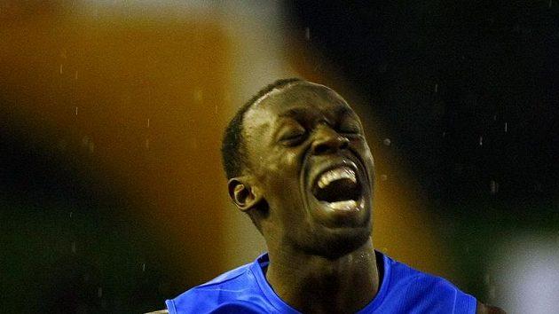 Usain Bolt v cíli trati na 300 metrů na mítinku Zlatá tretra.