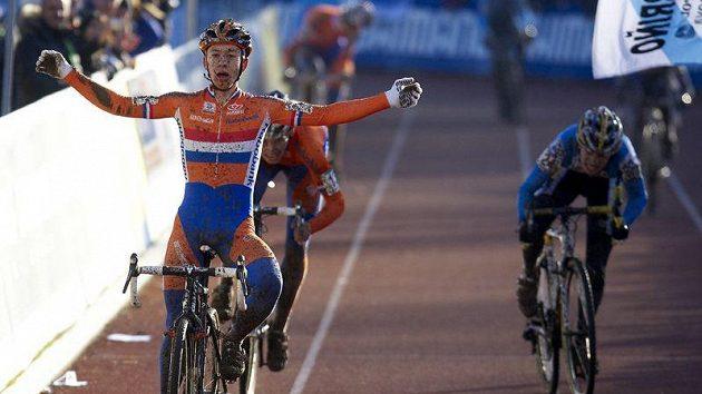Český cyklokrosař Karel Hník (vpravo) vybojoval 29. ledna na mistrovství světa v německém Sankt Wendelu v kategorii jezdců do 23 let bronzovou medaili. Světovým šampionem se dnes stal Nizozemec Lars van der Haar, Mike Teunissen si zajistil stříbro.