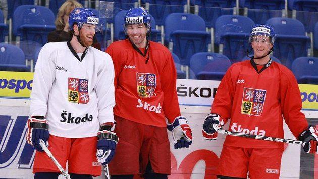Martin Havlát (vlevo) vtipkuje na tréninku české hokejové reprezentace s Jaromírem Jágrem (uprostřed) a Romanem Červenkou.