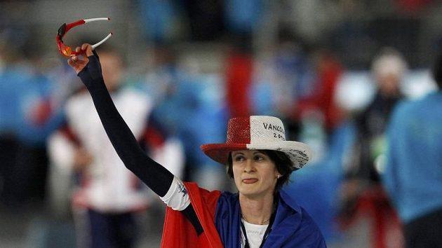 Martina Sáblíková slaví druhou zlatou olympijskou medaili.